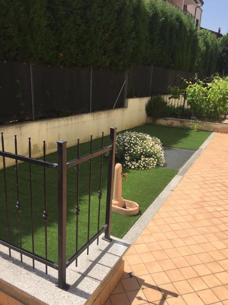 Sistemazione giardino con prato sintetico e piante geo3 for Sistemazione giardino